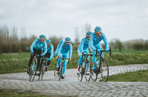 Команда Astana Cycling Team на трассе Париж–Рубэ