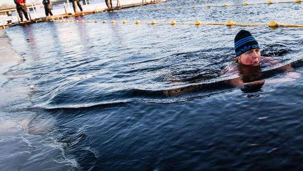 Моржевание, плавание в ледяной воде, зимнее плавание, польза и вред от моржевания, холодная вода