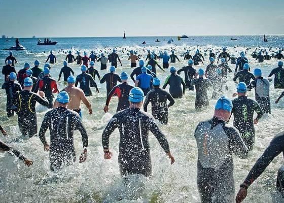 Пловец побеждает легкоатлета в триатлоне