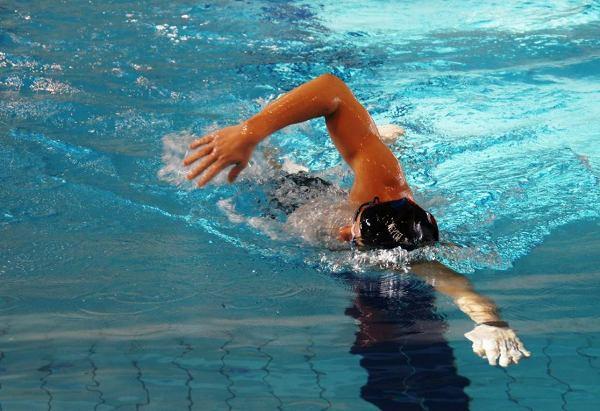 Поляк в течение суток проплыл 96 км 850 м, суточное плавание, Себастьян Карась, сколько можно проплыть за 24 часа, Swim.by