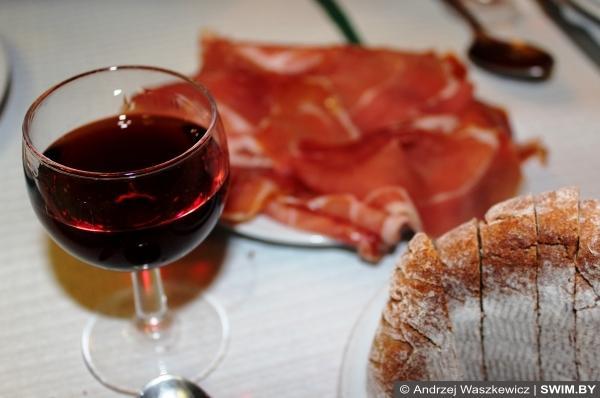 Португальская еда на праздник, портвейн, треска
