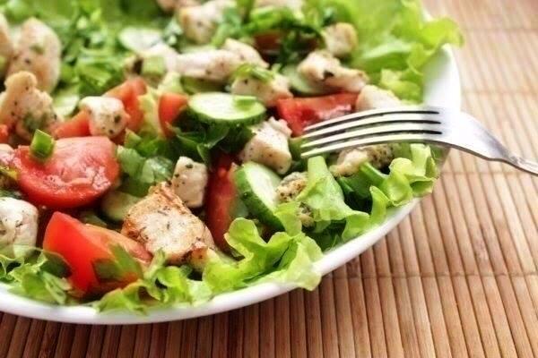 Салат из курицы и свежих овощей, лёгкий ужин, полезный ужин, спортивная диета ужин, Swim.by